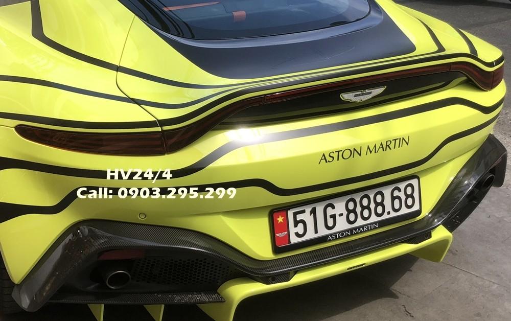 Trước khi mua siêu xe này, doanh nhân quận 12 cho rằng mình rất hợp phong thuỷ với màu sơn vàng chanh. Giá xe Aston Martin V8 Vantage 2018 chính hãng tại Việt Nam được chào bán 14,988 tỷ đồng. Xe của doanh nhân quận 12 còn sở hữu biển số siêu đẹp.