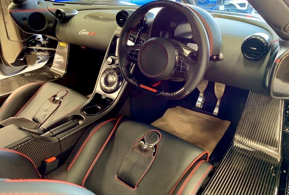 Dòng chữ Genesis cũng xuất hiện trên bảng táp-lô xe, phía bên ghế phụ. Chưa hết, chiếc siêu xe Koenigsegg Agera RS nguyên bản của nữ tay đua nóng bỏng Carina Lima có vô lăng nằm phía bên trái, tuy nhiên, đất nước Singapore lại sử dụng tay lái nghịch, vì thế, hãng Koenigsegg đã chuyển đổi lại vô lăng cho chiếc siêu xe Agera RS Full Carbon trước khi về tay chủ nhân mới nhằm hợp pháp lưu thông trên đường.