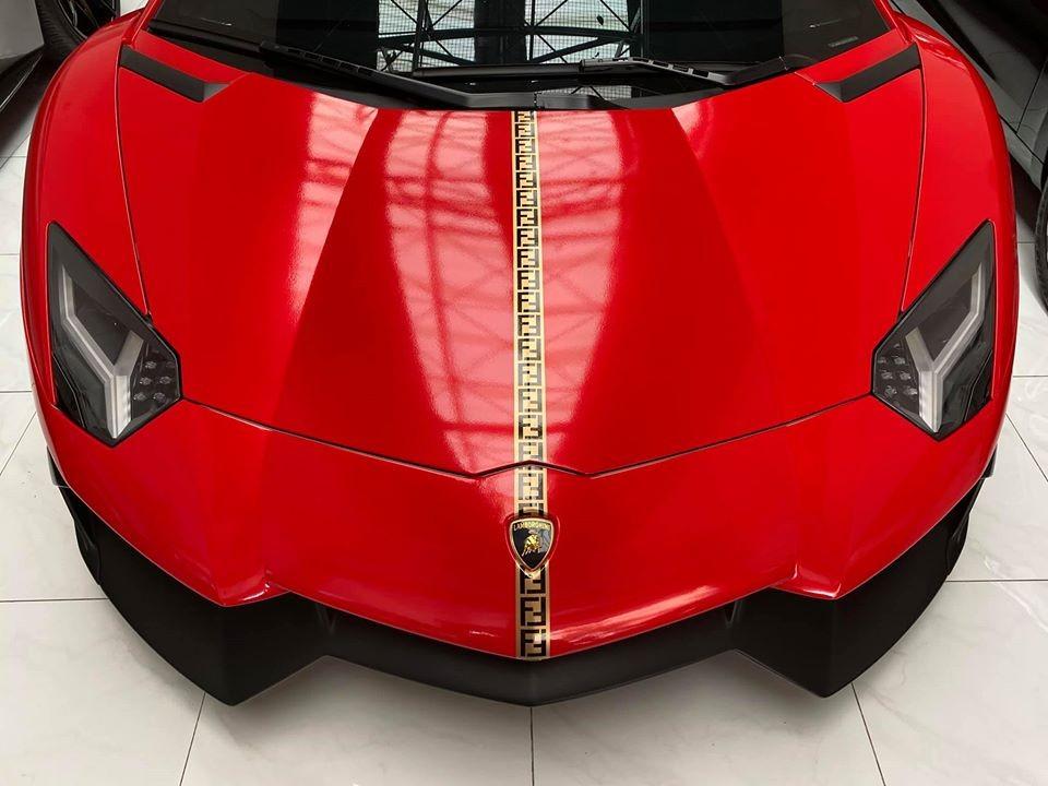 Khác với những chiếc siêu xe Lamborghini Aventador LP700-4 lăn bánh tại Việt Nam, phần cản va trước và hốc gió của siêu bò này được nâng cấp lên bộ body kit bản giới hạn LP720-4 50º Anniversario mang đến cái nhìn rất hầm hố và bắt mắt.