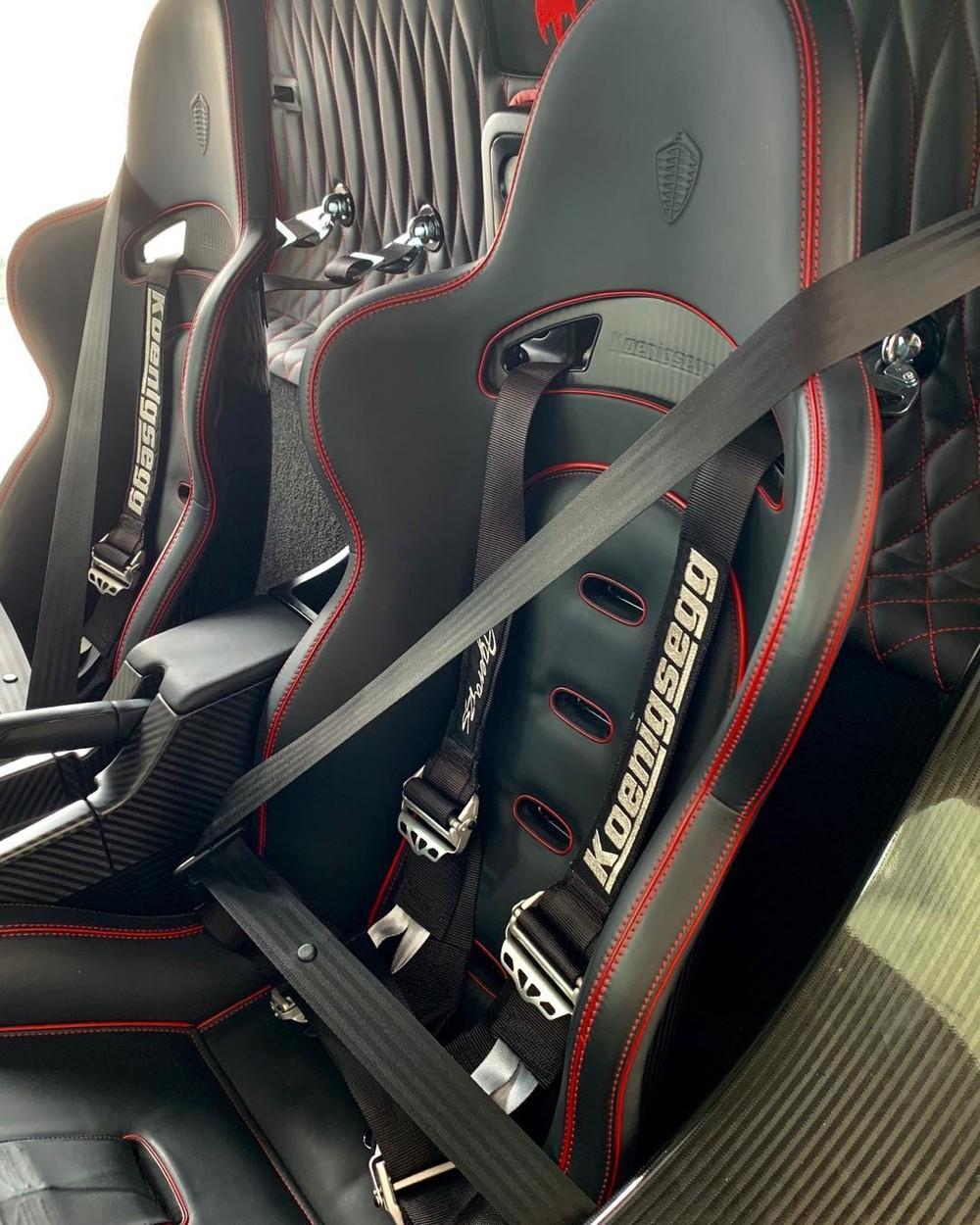 Bên trong khoang lái xe có ghế ngồi bọc da màu đen kết hợp cùng chỉ đỏ khâu tương phản.