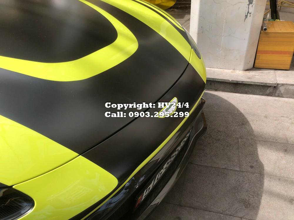 Tuy nhiên không ít cư dân mạng đã đánh giá rằng bộ tem mới này khi kết hợp cùng với màu sơn vàng Lime Essence cho chiếc siêu xe Aston Martin V8 Vantage 2018 của doanh nhân quận 12 khá rối làm giảm đi vẻ đẹp nguyên bản vốn có của xe. Tất nhiên đây chỉ là ý kiến riêng của một số người.