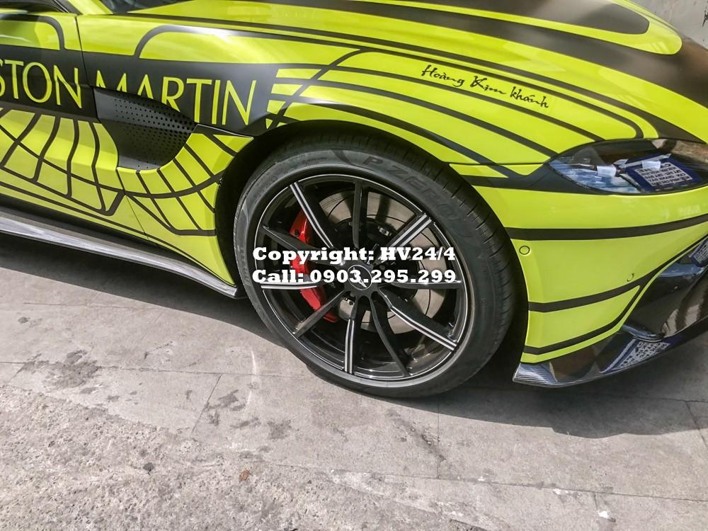 Động cơ kết hợp với hộp số tự động ZF 8 cấp và hệ dẫn động cầu sau, nhờ đó, Aston Martin V8 Vantage 2018 của doanh nhân quận 12 mới tậu chỉ mất khoảng thời gian 3,6 giây là có khả năng tăng tốc từ vị trí xuất phát lên 100 km/h trước khi đạt vận tốc tối đa 314 km/h.