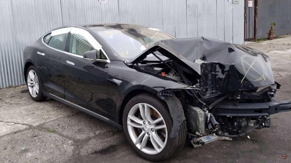 Bộ dạng chiếc Tesla Model S trước khi sửa chữa