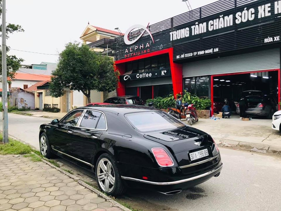 Việc mang biển tứ quý 9 cũng giúp những chiếc xe siêu sang như Bentley Mulsanne đời cũ tại Nghệ An trở nên đẳng cấp hơn. Ảnh: Huy Hùng