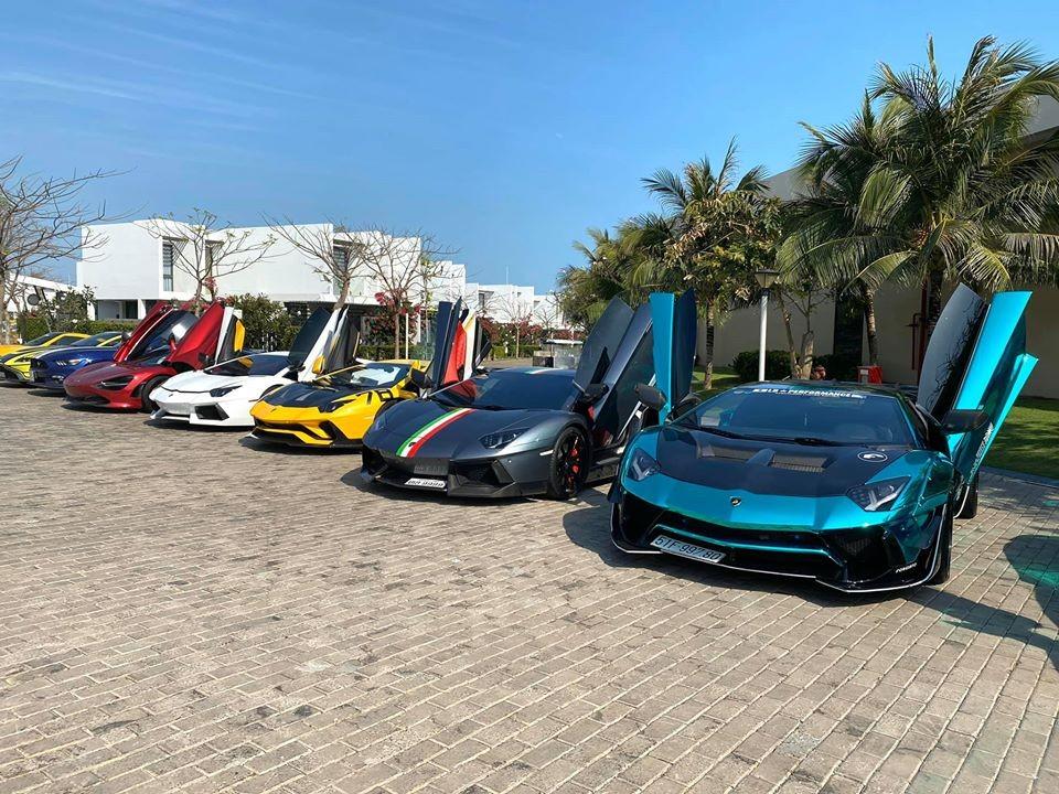 Bộ tứ Lamborghini Aventador với 3 chiếc thuộc phiên bản Lamborghini Aventador LP700-4 và chiếc còn lại mang màu vàng là Lamborghini Aventador S LP740-4 độc nhất vô nhị tại Việt Nam. Ngoài cùng bên phải là chiếc siêu xe Lamborghini Aventador LP700-4 độ Liberty Walk, kế đến là Lamborghini Aventador LP700-4 biển tứ quý 9 của Lào. Lamborghini Aventador LP700-4 màu trắng và McLaren 720S màu đỏ đỗ kế bên nhau.