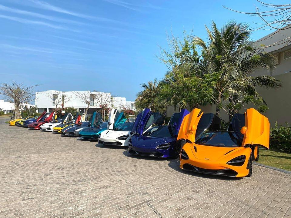 Đến đầu giờ trưa, đoàn siêu xe đã có mặt tại resort ở Long Hải. Cảnh tượng dàn siêu xe xếp thành hàng ngang tung cánh với nhau khiến không ít bạn trẻ mê xe thích thú. Chỉ riêng chủ xe McLaren 720S màu đỏ do đã đỗ vào kế bên chiếc Lamborghini Aventador LP700-4 nên đã không tạo được bức ảnh 4 chiếc McLaren 720S bao gồm bản Coupe và mui trần đọ dáng cùng nhau.