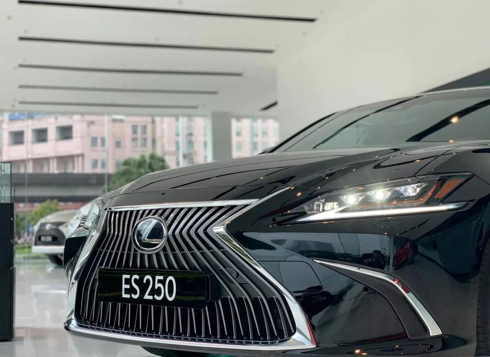 Ở phiên bản 2020, Lexus ES 250 2020 được bổ sung khá nhiều công nghệ an toàn