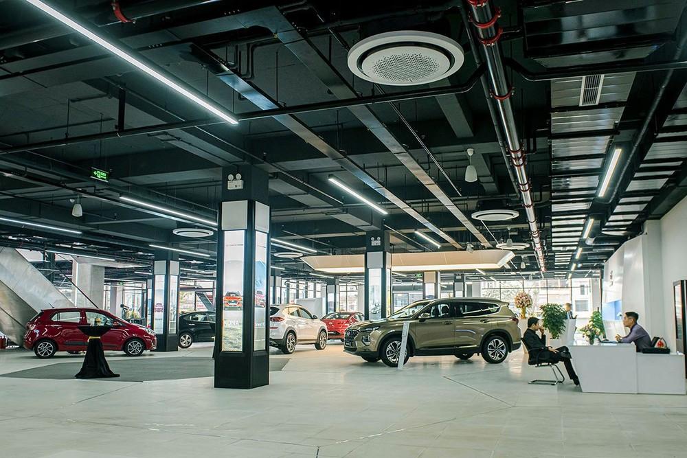 Khu vực trưng bày xe tại tầng 1 được trang bị cả các công nghệ thực tế ảo