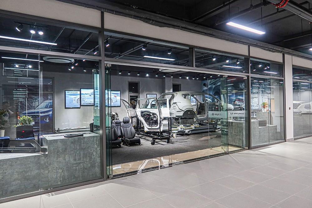 Điểm đáng chú ý nhất ở tầng 3 làphòng mô hình, nơi trưng bày công nghệ mới, hiện đại nhất trên các mẫu xe Hyundai sản xuất bởi TC MOTOR