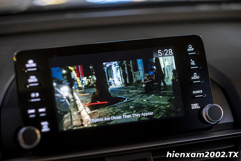 Trong điều kiện ánh sáng yếu, camera Lane Watch của Honda Accord 2020 tỏ ra khá bệt và khó xác định được chi tiết ở vùng tối.