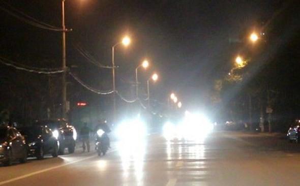 Bật đèn chiếu xa (đèn pha) trong đô thị là hành vi bị cấm theo Luật Giao thông đường bộ