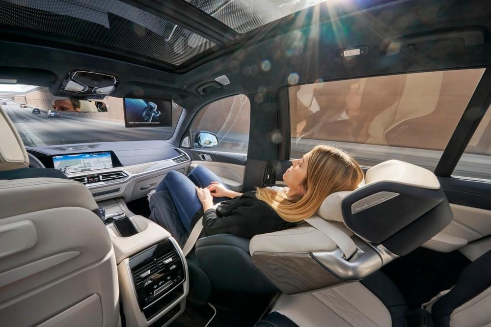 Ghế ZeroG Lounger của BMW X7 có thể ngửa đến 60 độ
