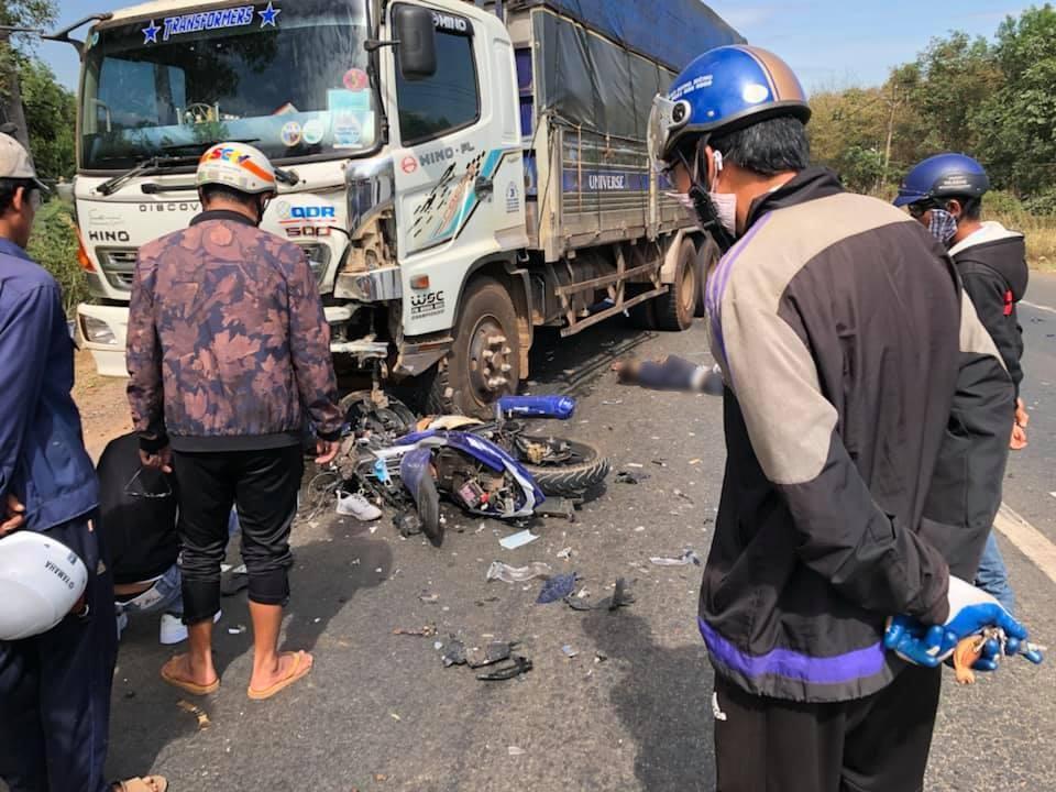 Hiện trường vụ tai nạn giữa chiếc Yamaha Exciter và ô tô tải
