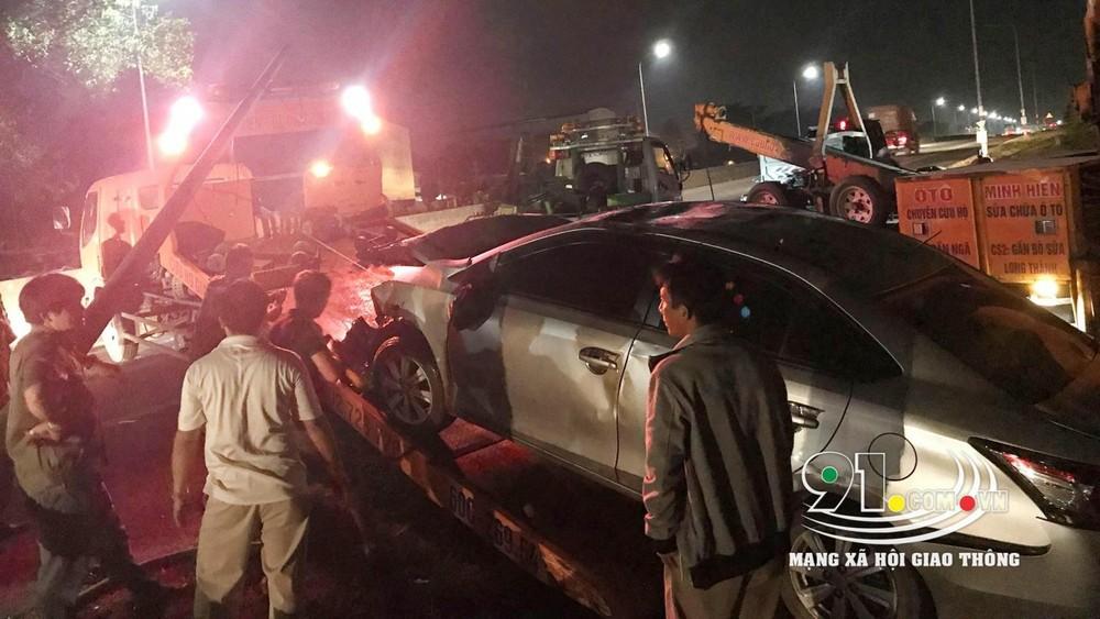 Chiếc Toyota Vios được đưa lên xe cứu hộ