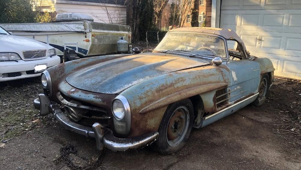 Chiếc Mercedes-Benz 300SL Roadster 1961 này vừa được tìm thấy trong một nhà kho và bán được 800.000 USD