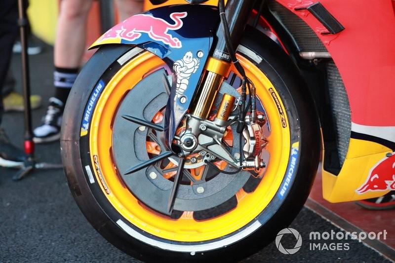 Bộ đĩa phanh carbon trên xe đua MotoGP