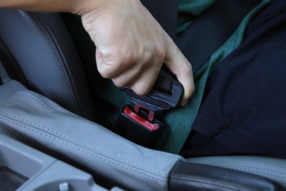 Không thắt dây an toàn khi ô tô đang di chuyển, người ngồi sau cũng sẽ bị phạt tới 500.000 đồng