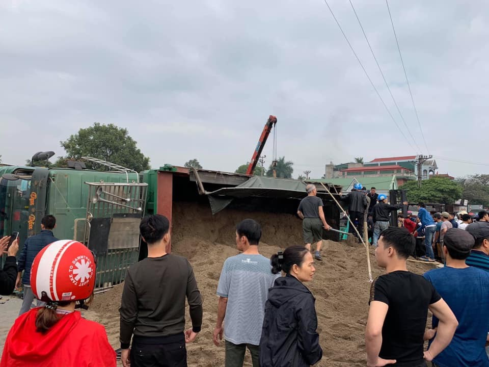 Hiện trường vụ tai nạn lật xe tải chở cát khiến 3 ông cháu thương vong
