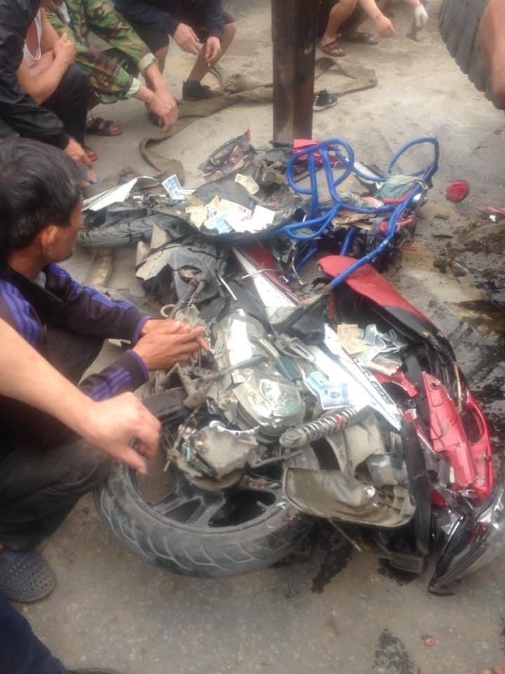 Chiếc xe tay ga chở 3 ông cháu bị hư hỏng nặng sau vụ tai nạn