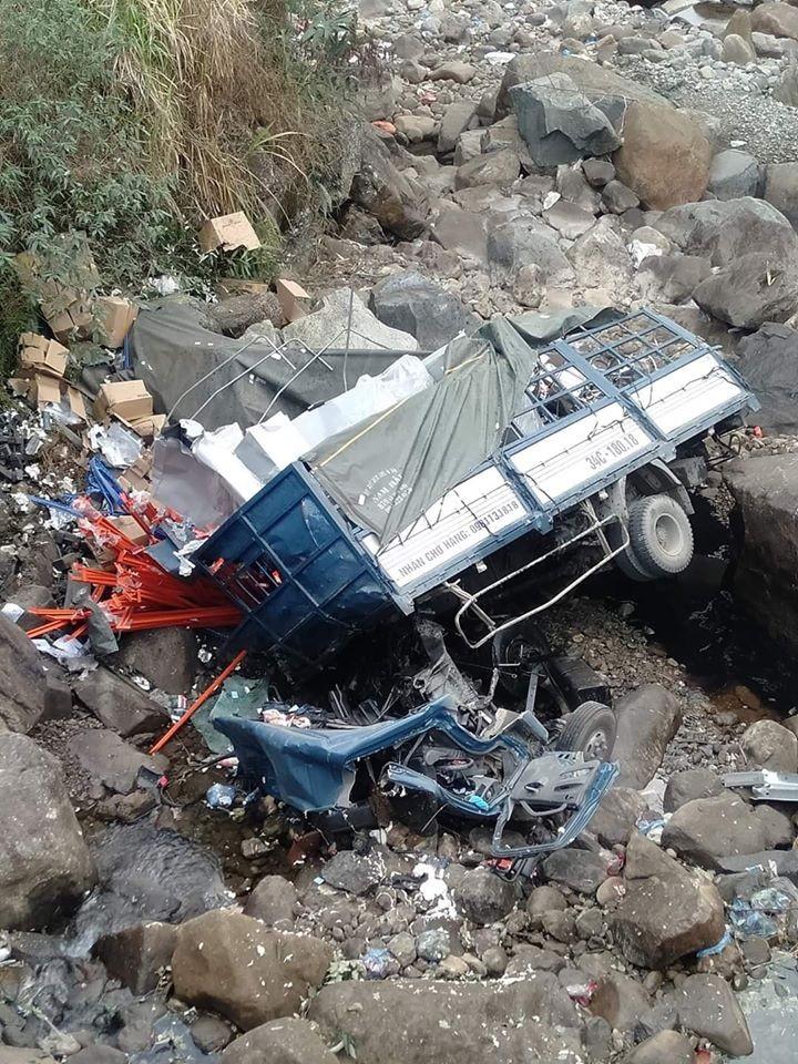 Chiếc ô tô tải tại hiện trường vụ tai nạn nghiêm trọng