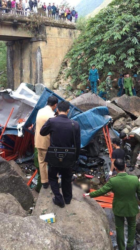 Chiếc ô tô tải rơi xuống vực cao khoảng 10 m