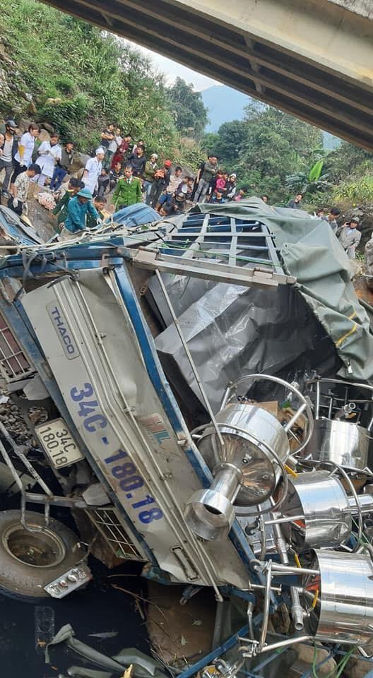 Thiết bị công nghệ trên chiếc ô tô tải rơi ra ngoài
