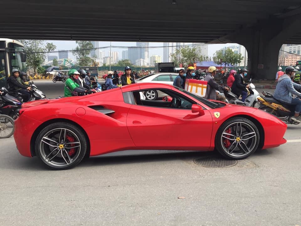Chiếc Ferrari 488 Spider dừng giữa đường Hà Nội mà không có ai trong khoang lái