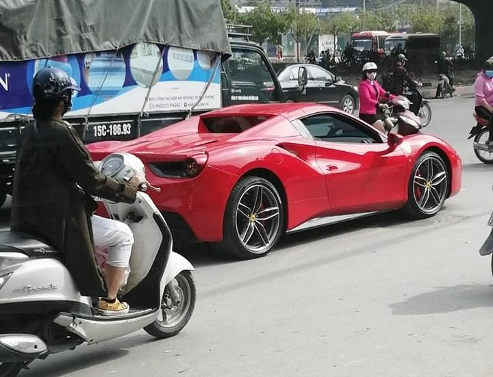 Nghi vấn Ferrari 488 Spider từng thuộc sở hữu Cường Đô-la hết xăng giữa đường phố Hà Nội