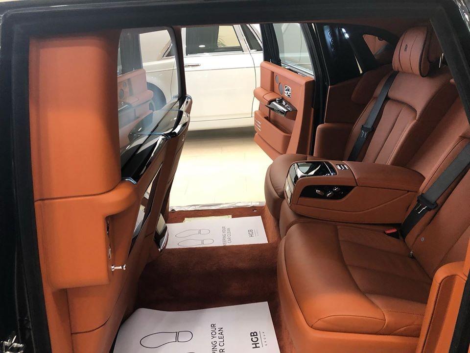 Vì thế người này mới khẳng định nếu có ai xuống tiền hơn 30 tỷ đồng sẽ có xe siêu sang Rolls-Royce Phantom thế hệ thứ 8 với tuỳ chọn vách ngăn đi trước Tết Nguyên đán.