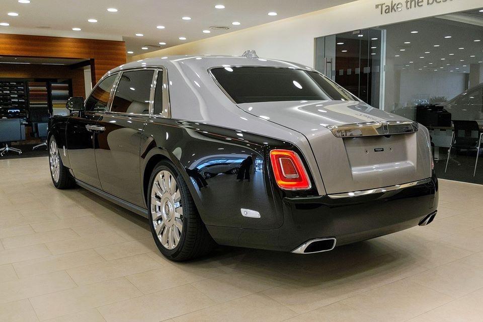 Rolls-Royce Phantom thế hệ thứ 8 có bản tiêu chuẩn và trục cơ sở dài EWB, không phải chiếc Rolls-Royce Phantom VIII EWB nào cũng có vách ngăn, nhưng xe Rolls-Royce Phantom có tuỳ chọn nổi bật này phải là bản trục cơ sở dài. Rolls-Royce Phantom VIII có vách ngăn riêng tư đang ở Campuchia không phải ngoại lê.