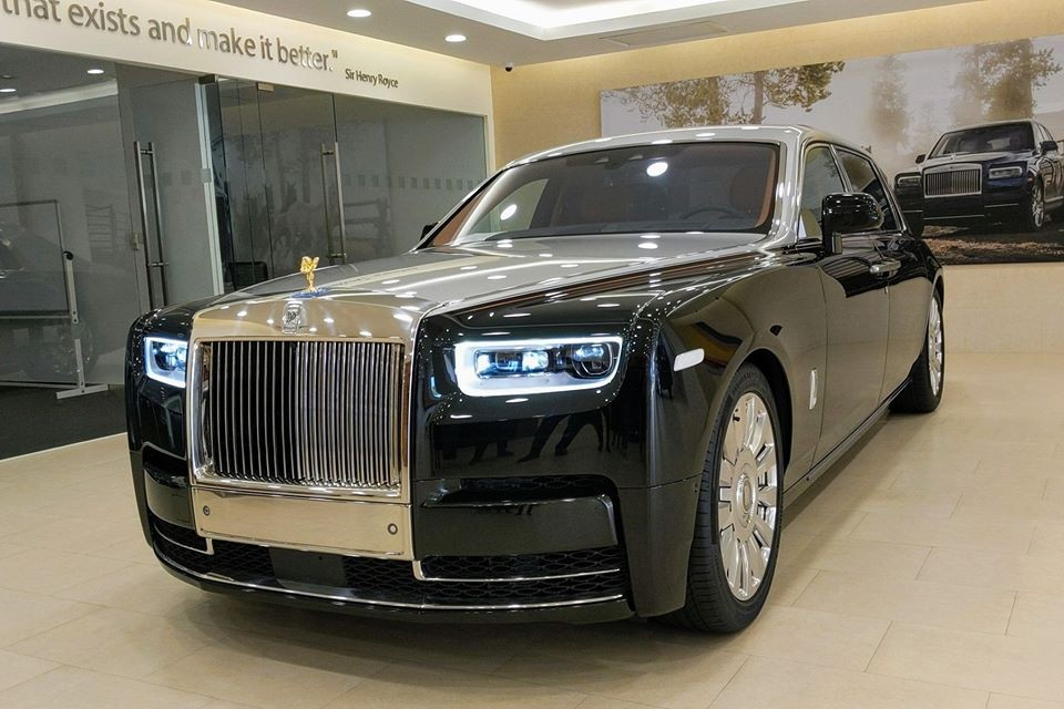 Nhìn bên ngoài chiếc xe siêu sang Rolls-Royce Phantom VIII có vách ngăn riêng tư đang ở Campuchia không có gì nổi bật, xe trang bị ngoại thất 2 màu sơn đó là đen Diamond phối cùng nửa thân trên xe màu bạc. Các chi tiết của xe được mạ crôm bóng loáng