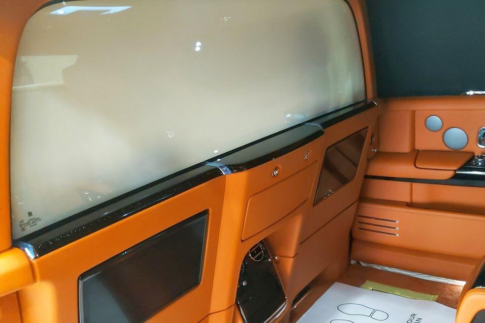 Cận cảnh vách ngăn bằng kính đã được chuyển sang chế độ đục giữa khoang hàng khách và người lái trên mẫu xe siêu sang Rolls-Royce Phantom thế hệ thứ 8 đang được chào bán với nhà giàu Việt.