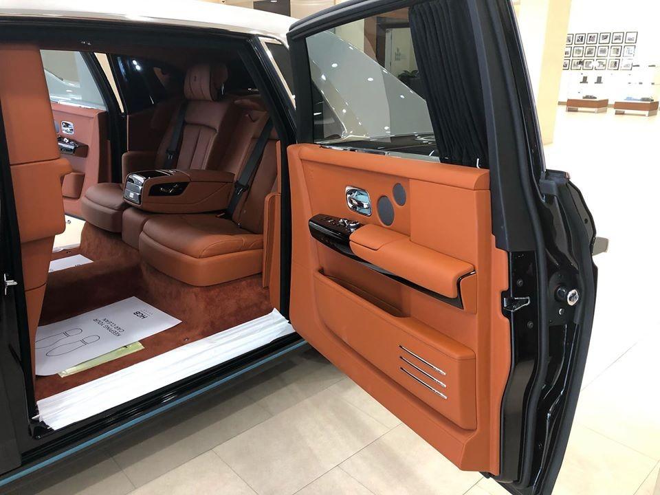Theo thông tin chúng tôi có được, chiếc xe siêu sang Rolls-Royce Phantom thế hệ thứ 8 được một người chuyên nhập xe độc về Việt Nam đang chào hàng với đại gia Việt hiện đang cư trú trong showroom của Rolls-Royce Motor Cars Phnom Penh, Campuchia.