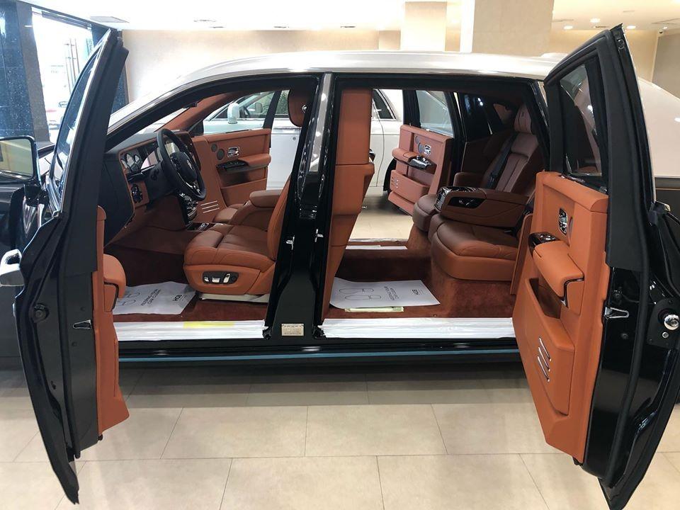 Việc rao bán một chiếc xe siêu sang Rolls-Royce Phantom VIII với tuỳ chọn vách ngăn riêng tư giữa khoang tài xế và hành khách là rất lạ, ngay đến cả các thị trường chuộng xe siêu sang trong khu vực Đông Nam Á như Singapore hay Thái Lan cũng rất hiếm bắt gặp.