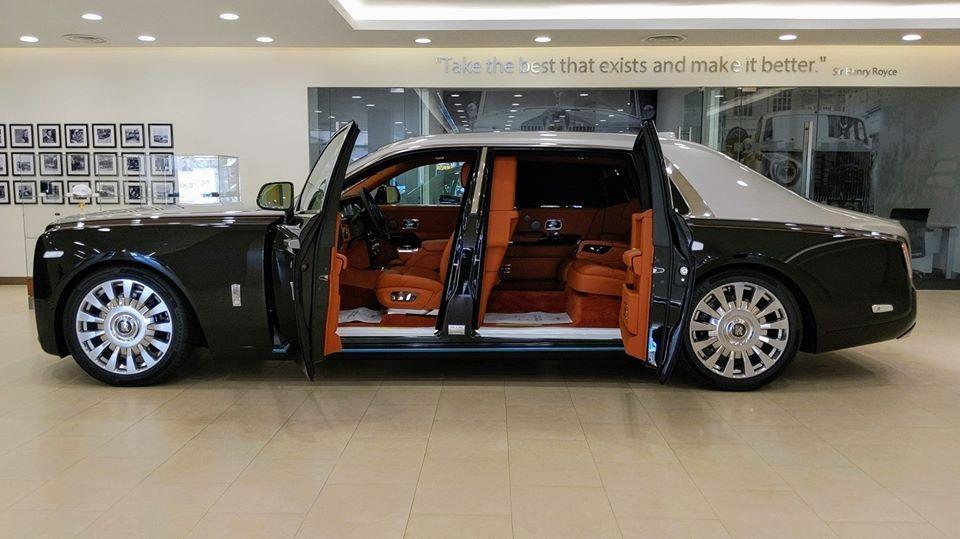 Vẻ đẹp của Rolls-Royce Phantom thế hệ thứ 8 có vách ngăn riêng tư khi được mở bung 2 cánh cửa tự sát nổi tiếng.
