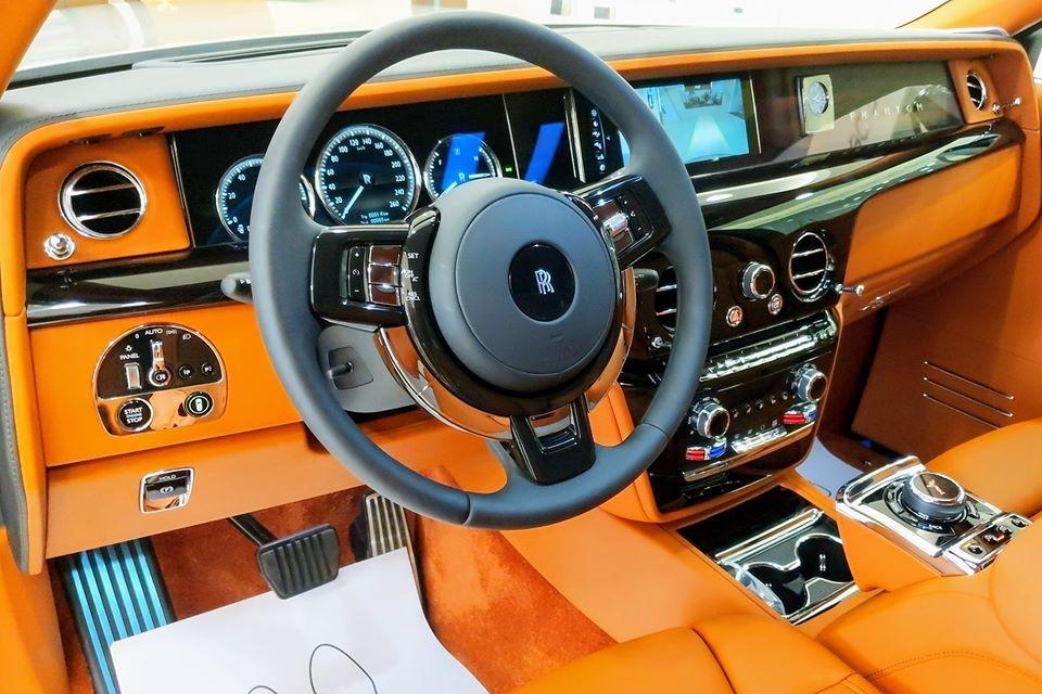 Rolls-Royce Phantom VIII sử dụng khối động cơ V12, tăng áp kép, dung tích 6,75 lít, tạo ra công suất tối đa 563 mã lực, mạnh hơn 110  mã lực so với thế hệ thứ 7 và mô-men xoắn cực đại đạt 900 Nm, tăng 180 Nm so với thế hệ cũ.