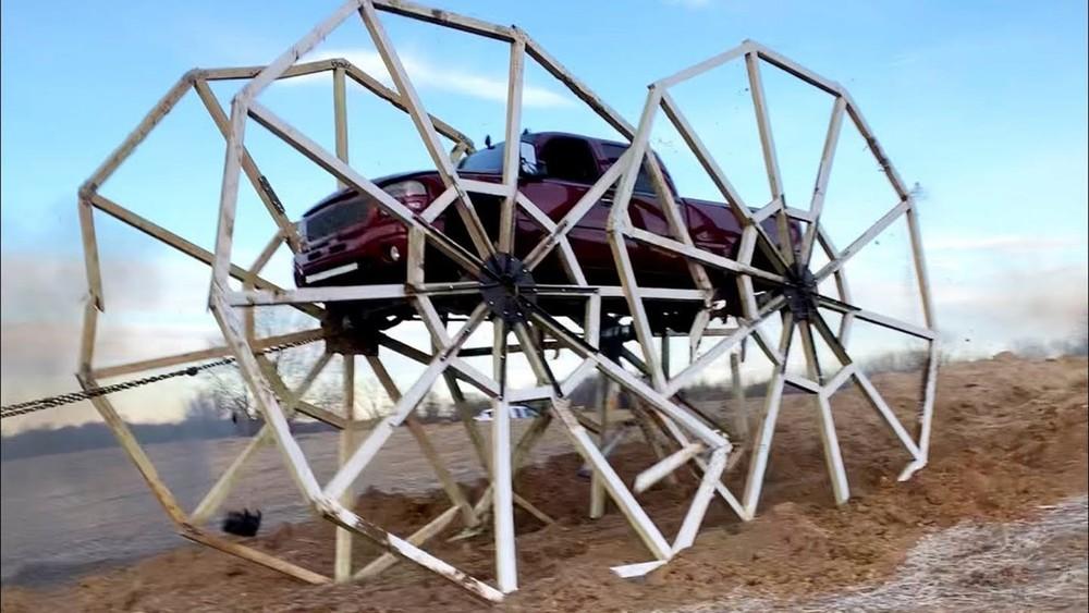 Cảnh tượng chiếc bán tải với bánh xe khổng lồ là rất ấn tượng nhưng tiếc rằng không trụ được lâu