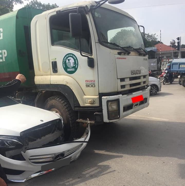 Thiệt hại của chiếc xe sang Mercedes-Benz C-Class
