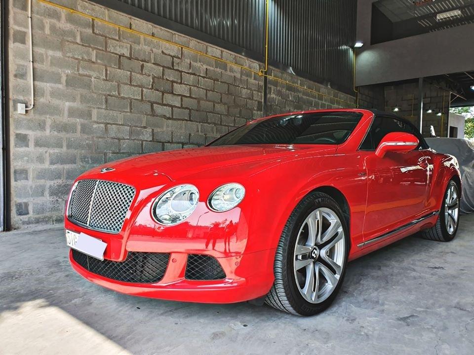 Lúc mới về nước, một chiếc xe siêu sang Bentley Continental GTC đời 2013 có giá không dưới 15,5 tỷ đồng. Mức giá này chưa bao gồm chi phí ra biển số. Còn với chiếc Bentley Continental GTC đang được rao bán, chủ mới chỉ có mua về chạy, xe đã được ra biển trắng đầu 51G.