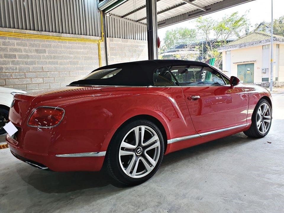 Với việc tăng thuế mạnh vào các dòng xe sử dụng động cơ dung tích 6.0 lít, việc tậu một chiếc xe siêu sang như Bentley Continental GTC đời 2013 đã qua sử dụng là một lựa chọn hợp lý. Nếu mua mới, giá xe có thể phải hơn 30 tỷ đồng.
