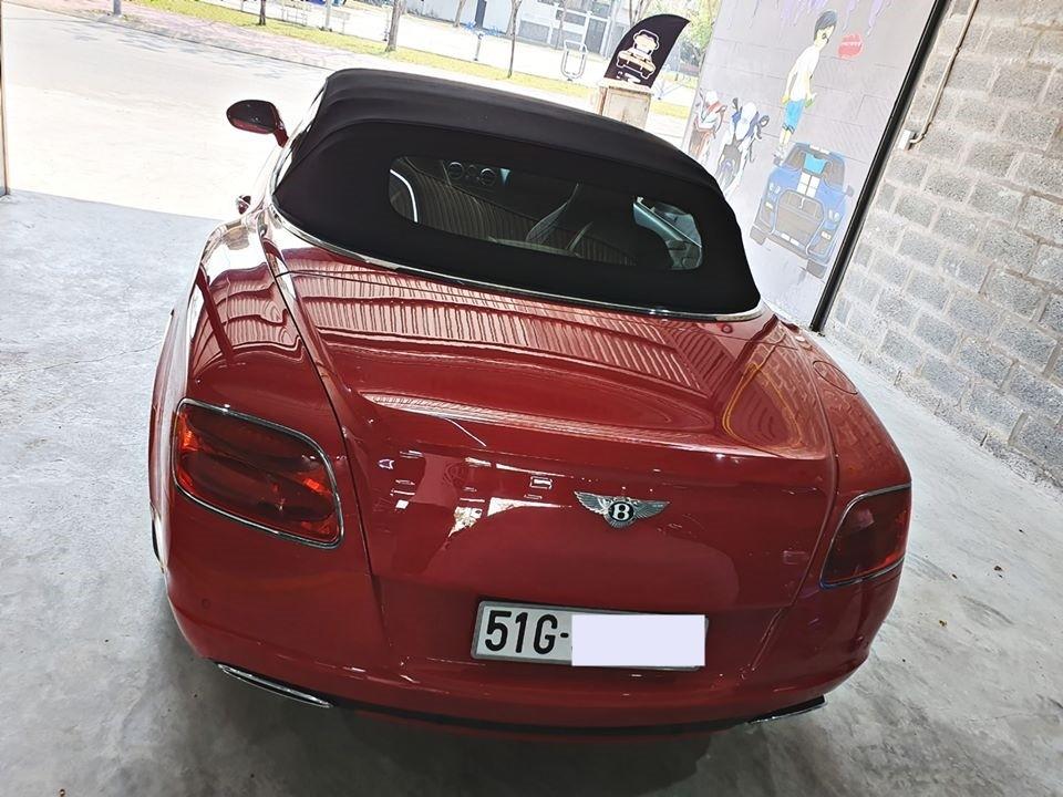 Chiếc xe siêu sang Bentley Continental GTC đời 2013 rao bán hơn 8 tỷ đồng cho các đại gia Việt có xe chơi Tết sở hữu ngoại thất sơn màu đỏ rất nổi bật. Mui xe bằng vải màu đen có thể đóng hoặc mở mui hơn 15 giây.