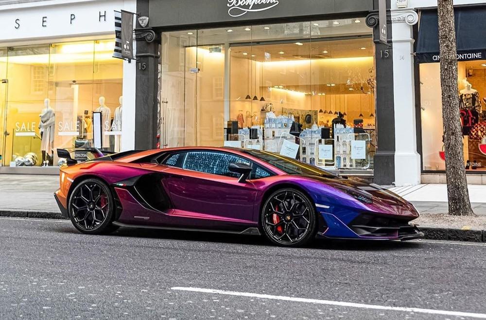 Vị khách sau đó đã rất thích thú khi thấy chiếc siêu xe Lamborghini Aventador SVJ có bộ áo cực kỳ nổi bật và ít khi đụng hàng