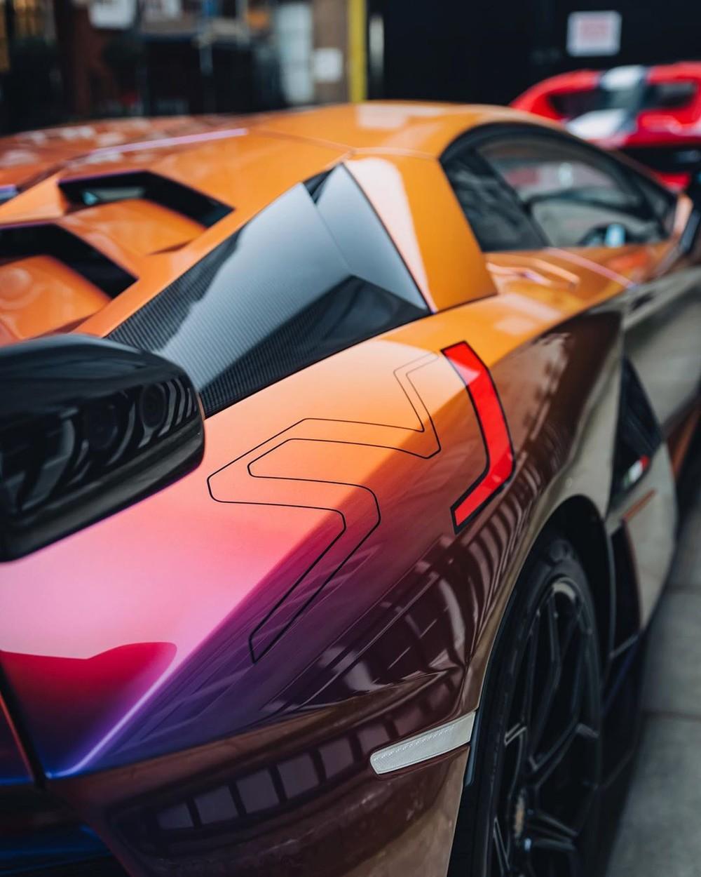 Ngoài màu sơn Blu Hal từ chương trình cá nhân hoá Ad Personam, chiếc siêu xe Lamborghini Aventador SVJ này còn có điểm nhấn với chữ J hoàn thành màu đỏ