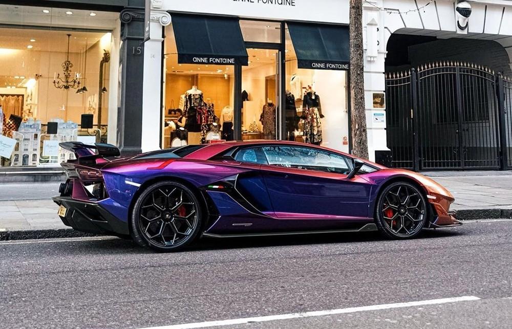 Vẻ đẹp của chiếc siêu xe Lamborghini Aventador SVJ có bộ áo trị giá hơn 1,5 tỷ đồng trên đường phố.