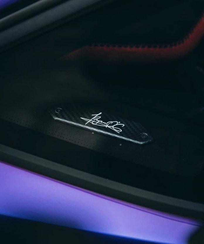 Tiếp đến là vị trí đặt ký hiệu 1di900 quen thuộc của những chiếc siêu xe Lamborghini Aventador SVJ nhằm ám chỉ có 900 xe được sản xuất. Tuy nhiên, trên chiếc Lamborghini Aventador SVJ có màu sơn trị giá hơn 1,5 tỷ đồng đã được thay thế bằng chữ ký của Ryan O'Carroll, người bạn quá cố của chủ xe.