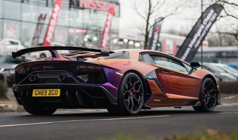 Ngoài màu sơn trị giá hơn 1,5 tỷ đồng, chiếc Lamborghini Aventador SVJ này còn có nhiều chi tiết cá nhân hoá không giống với bất kỳ chiếc Lamborghini Aventador SVJ nào khác.