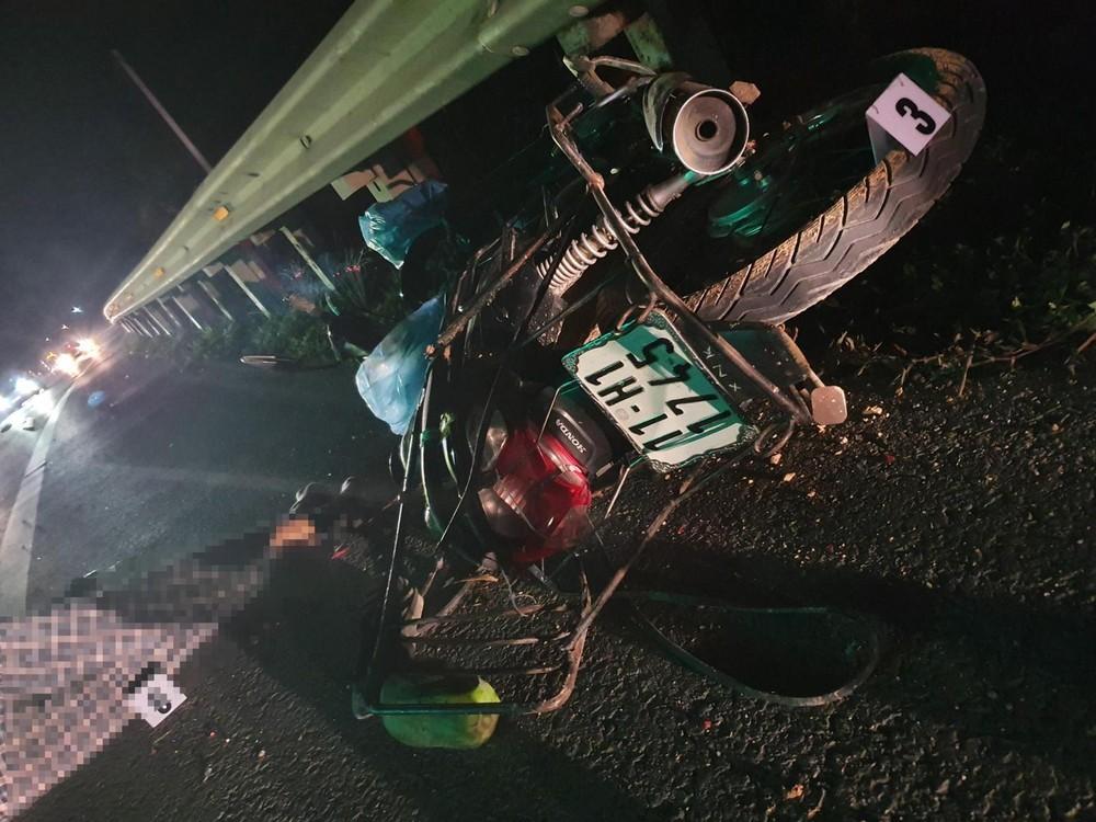 Chiếc xe máy của nạn nhân bị hư hỏng nặng tại hiện trường