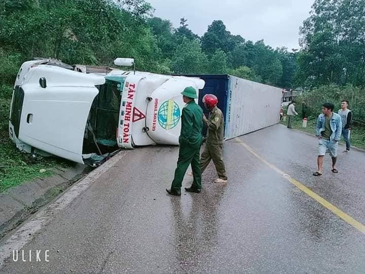 Chiếc xe container nằm chắn ngang đường, gây ùn tắc giao thông cả 2 chiều