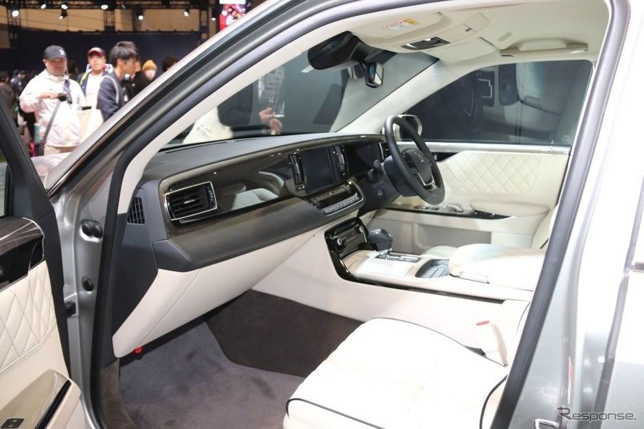 Nội thất bọc da Nappa màu kem sang trọng của Toyota Century độ