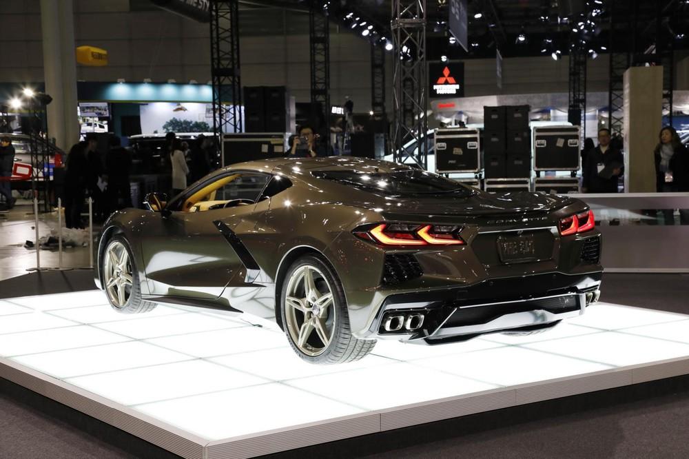 Chiếc xe thể thao Chevrolet Corvette C8 đã được làm mới mình trong cách thiết kế đèn pha và đèn hậu LED rất đẹp mắt và sành điệu.